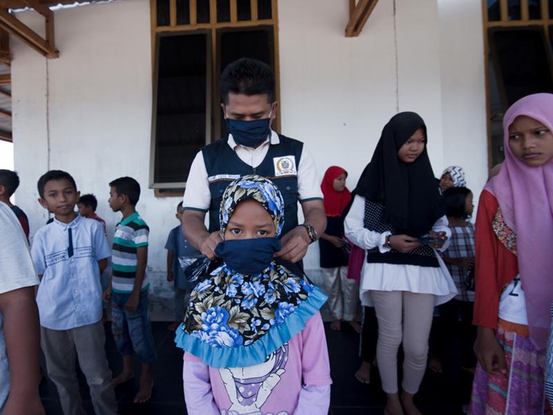 Kegembiraan Para Bocah Lampaseh Aceh Terima Masker dari Anggota Dewan