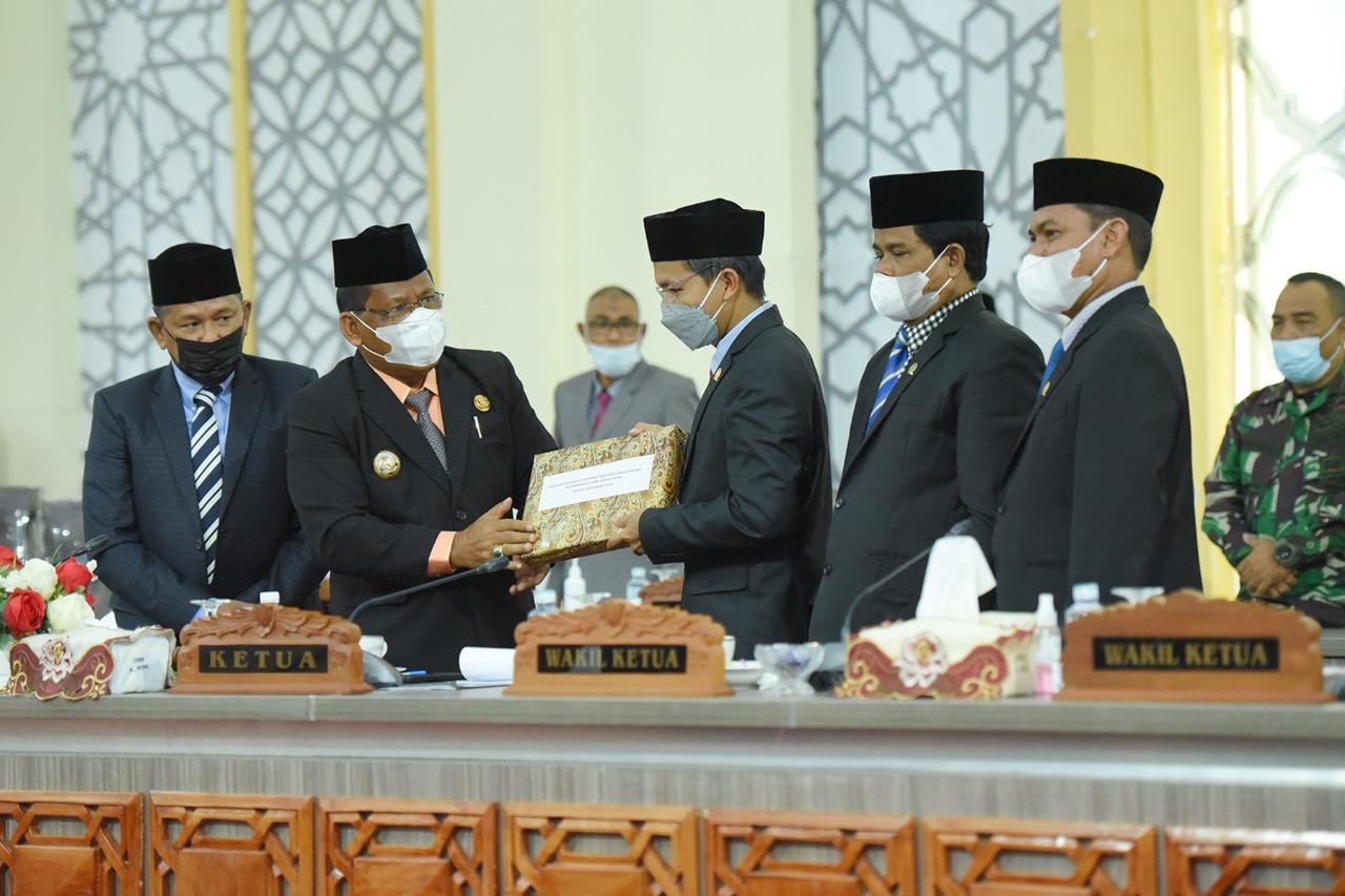 [FOTO]: Eksekutif Serahkan Dokumen Raqan Pelaksanaan Pertanggungjawaban APBK 2020 pada Legislatif