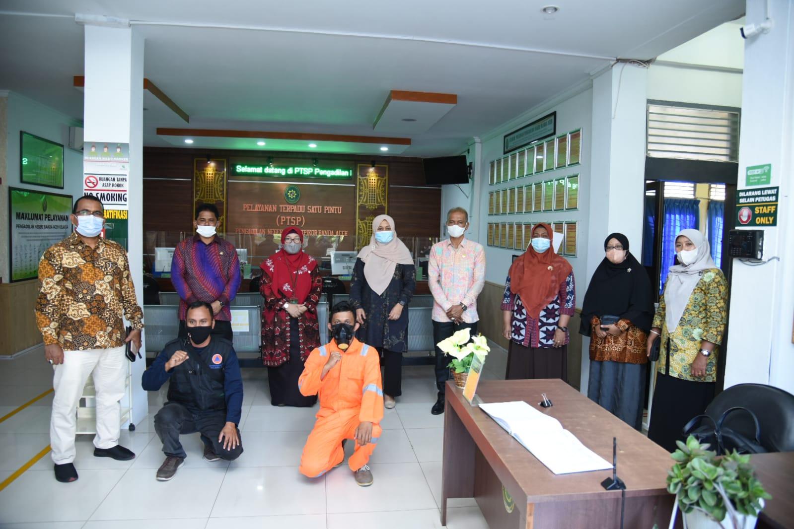 Pimpinan dan Sekretariat DPRK Serahkan Masker dan Disinfektan untuk PN Banda Aceh